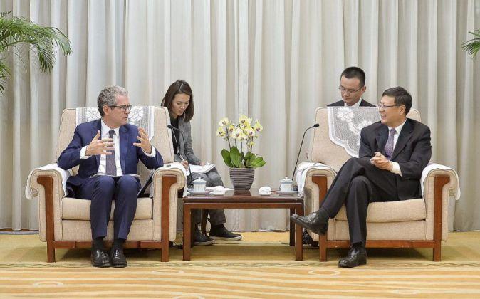 Pablo Isla junto al ministro chino de Protección Medioambiental, Chen...