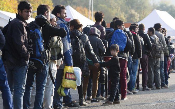 Refugiados hacen cola en un centro de registro cerca de la frontera...