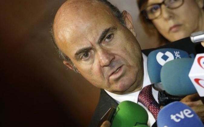 El ministro de Economía, Luis de Guindos, ayer dando explicaciones a...