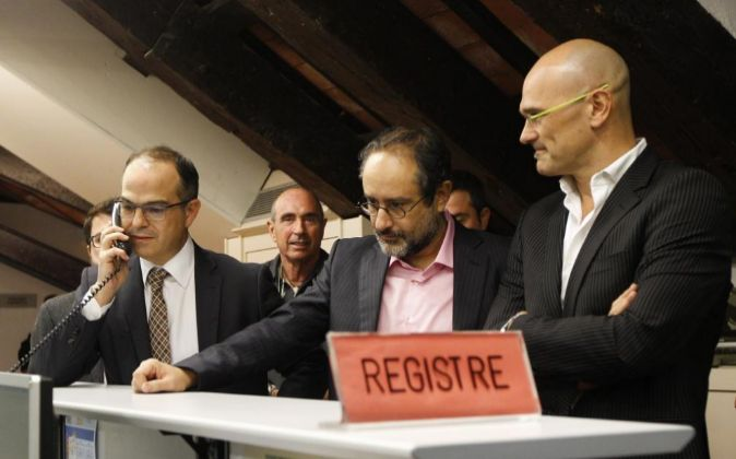 Raül Romeva (d), Jordi Turull (i); Lluís Llach (2i) de Junts pel Sí...