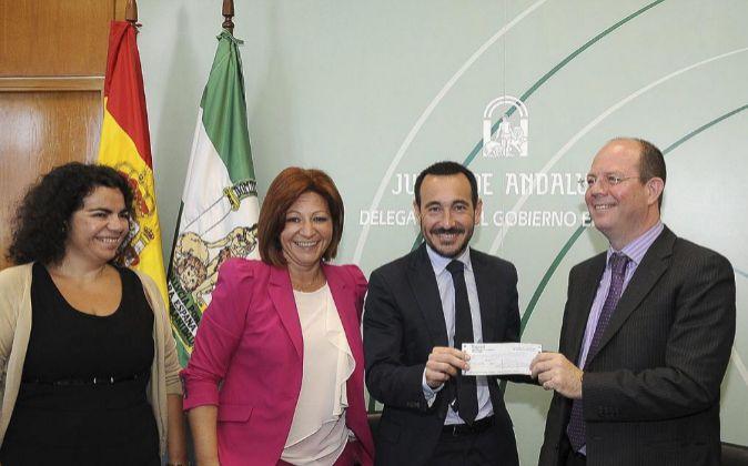 A la derecha, Jorge Alonso, presidente del grupo, con autoridades de...