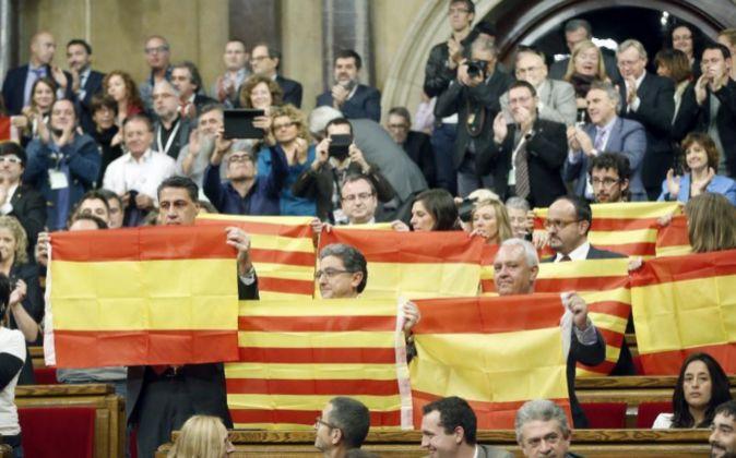 Diputados del PPC muestran banderas españolas y catalanas tras...