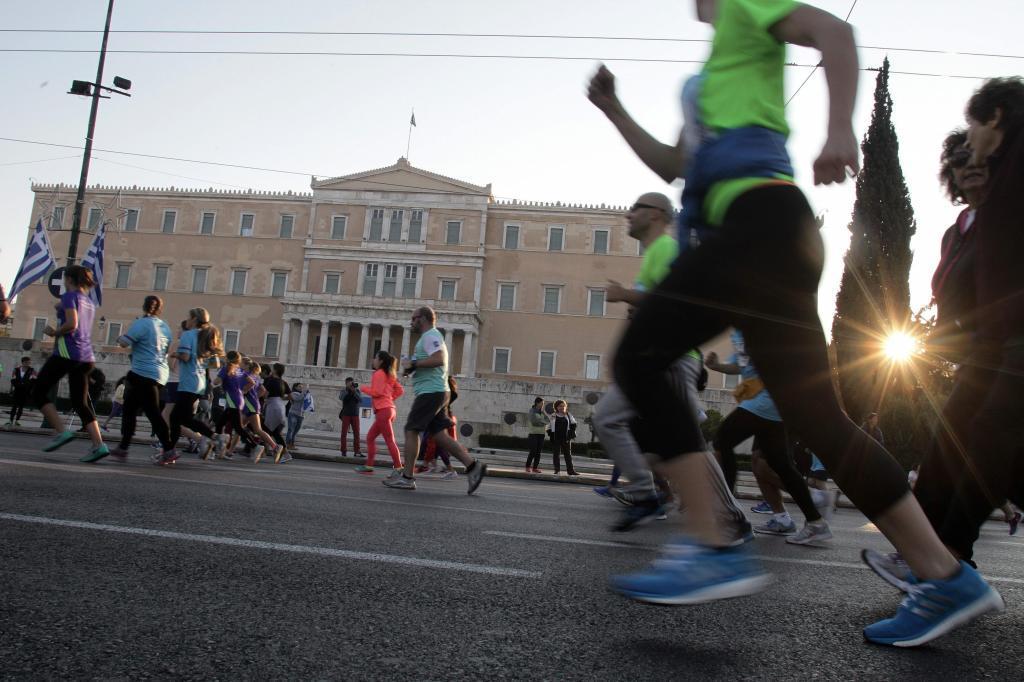 Corredores de la Maratón de Atenas a su paso por el Parlamento griego...