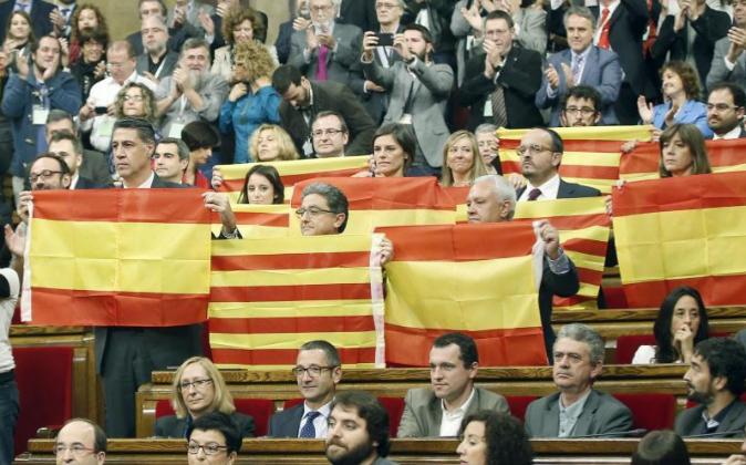 Diputados del PPC muestran ayer banderas españolas y catalanas tras...