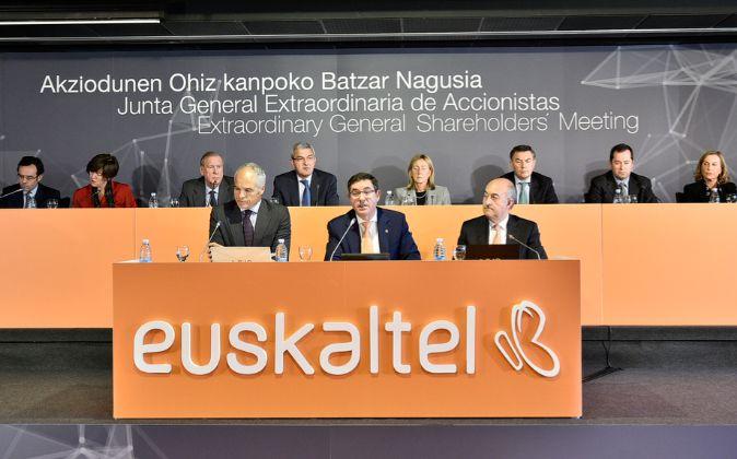 El presidente de Euskaltel, Alberto García Erauzkin (centro) durante...