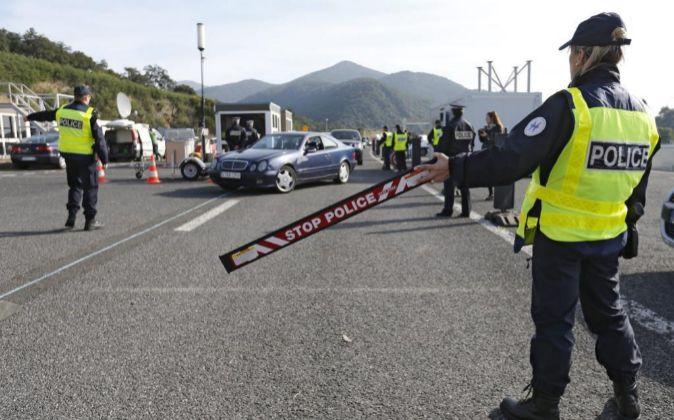 de la policía fronteriza francesa montan un control en la frontera...