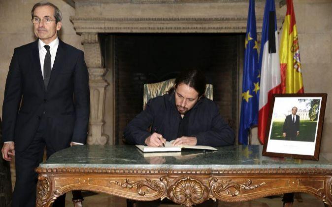 El líder de Podemos, Pablo Iglesias, en presencia del embajador de...