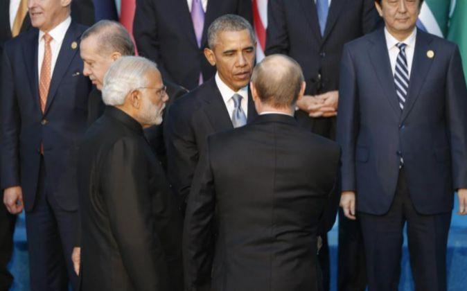 El presidente de EEUU, Barack Obama, saluda a su homólogo ruso,...
