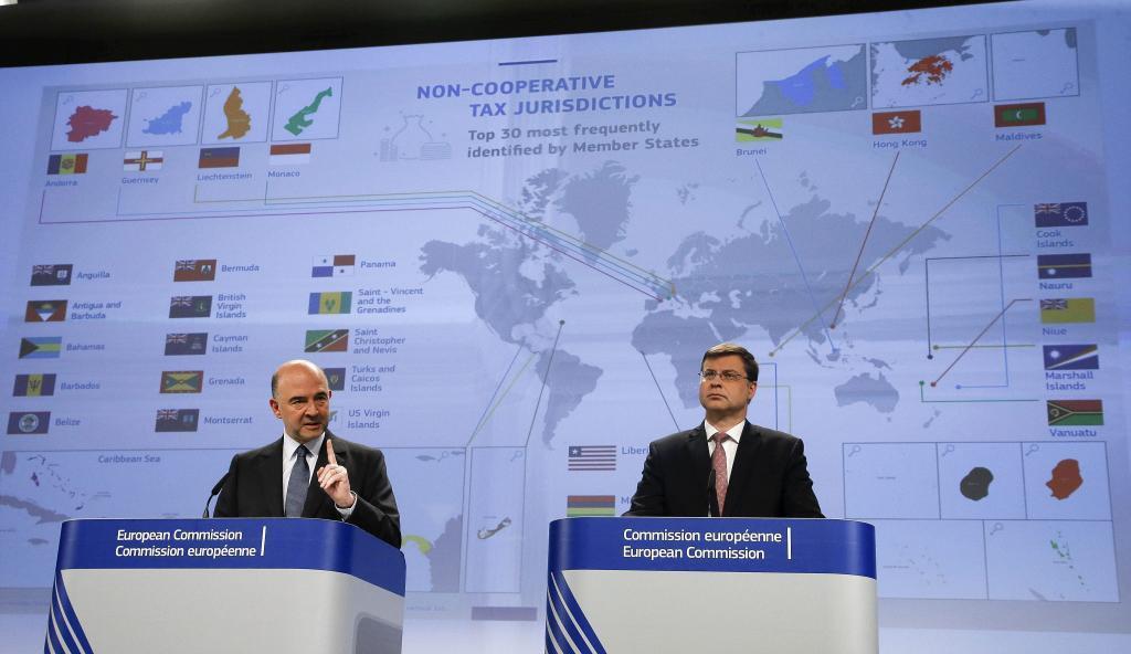El comisario de Asuntos Económicos, Pierre Moscovici (izda), y el...
