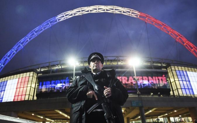 Un policía británico vigila en el estadio de Wembley antes del...