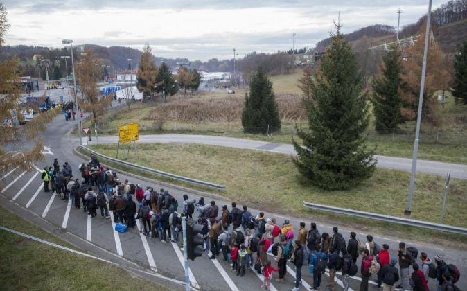 Refugiados hacen cola en la frontera entre Austria y Eslovenia en...