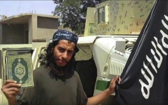 Abdelhamid Abaud posa con un ejemplar del Corán y una bandera de...