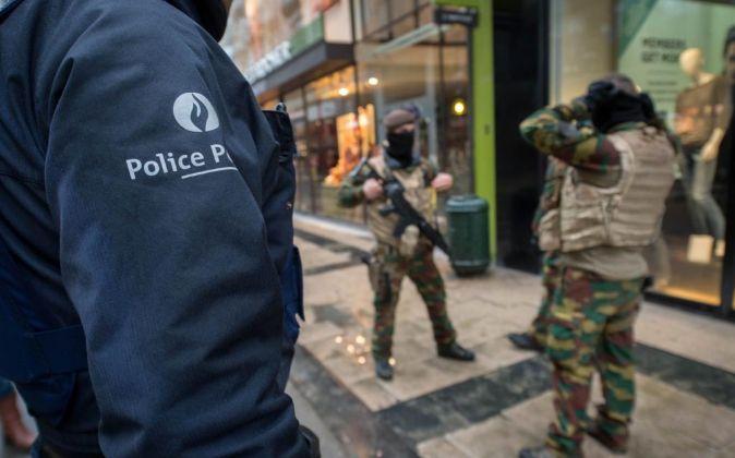 El Ejército y la Policía belga patrullan las calles de Bruselas.