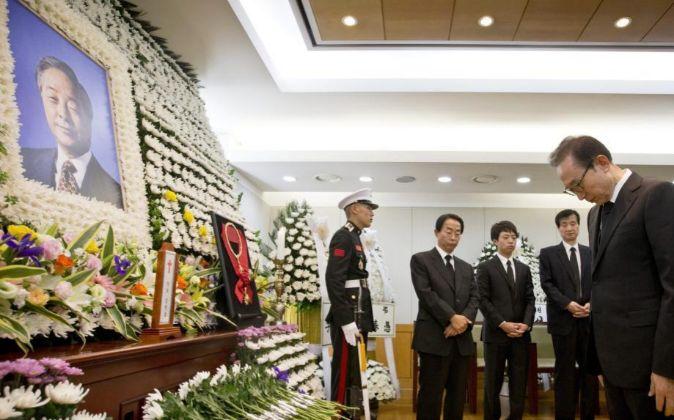 Lee Myung-Bak, presidente de Corea del Sur, despide a su predecesor...