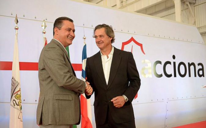 El presidente de Acciona, José Manuel Entrecanales (dcha.), junto al...