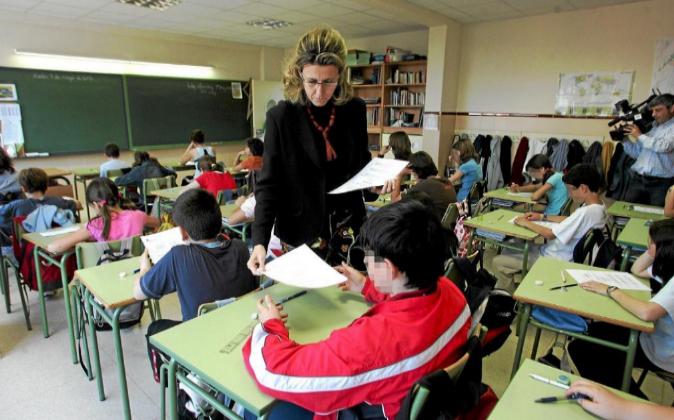 Una profesora de primaria en el colegio Ramiro de Maeztu, de Madrid,...