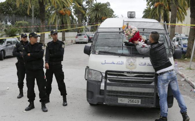 Un agente de policía de paisano, en presencia de sus compañeros,...