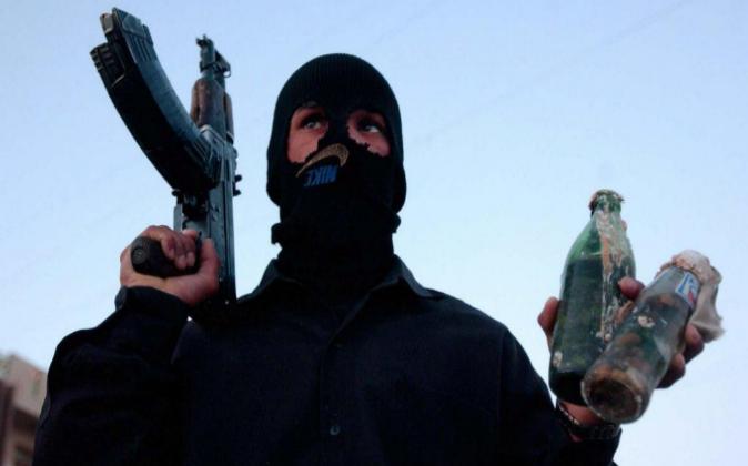 Un miembro de la resistencia iraquí armado con un fusil Kalasnikov en...