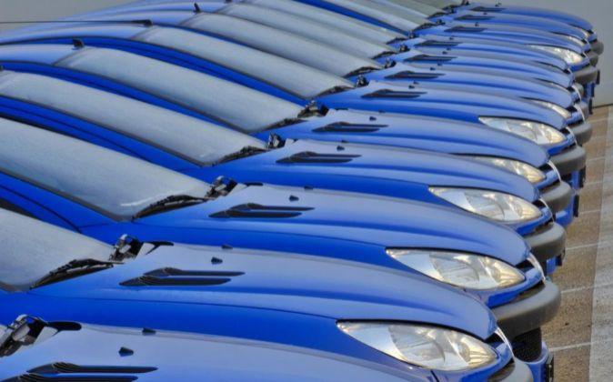 Línea de vehículos de un modelo de Peugeot en un concesionario de...