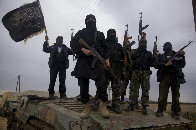 Soldados del Ejército del Estado Islámico en la frontera con Siria.