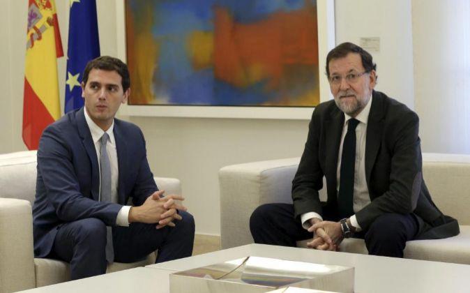El presidente del Gobierno, Mariano Rajoy, junto al líder de...