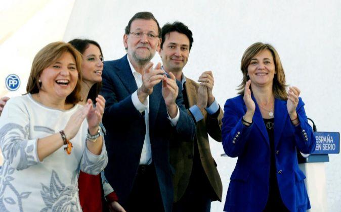 El presidente del Gobierno y del PP, Mariano Rajoy, acompañado por la...
