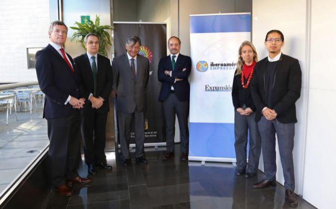 De izquierda a derecha, Claudio Vallejo, consultor jefe de Kreab;...