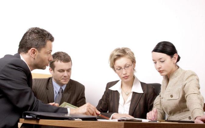 Directivos de una empresa reunidos para diseñar un modelo de negocio.