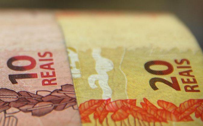 Detalle de billetes de reales.