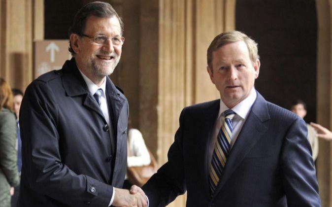 El presidente del Gobierno español, Mariano Rajoy saluda al primer...