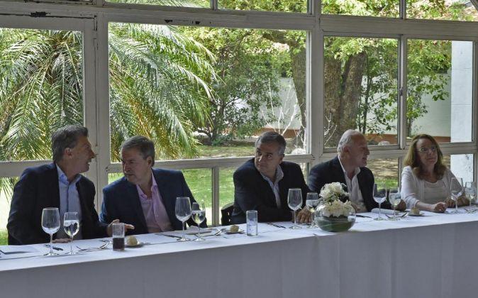 El nuevo presidente de Argentina, Mauricio Macri, se reunió ayer con...