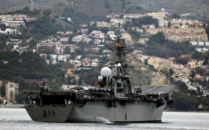 """El portaaviones """"Príncipe de Asturias"""" frente a la costa de..."""