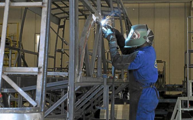 Un soldador en una fábrica de carrocerías. Archivo.