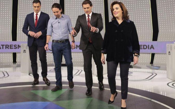 De izquierda a derecha, el secretario general del PSOE, Pedro...