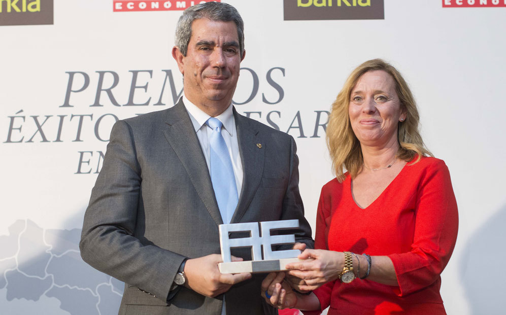 El director del Aeropuerto de Teruel, Alejandro Ibrahim, recoge el...