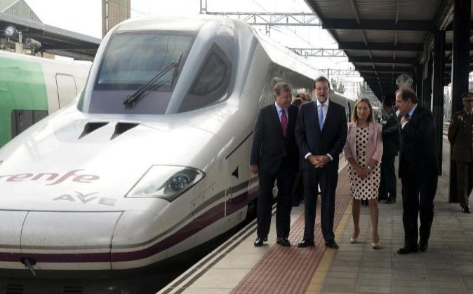El presidente del Gobierno en funciones, Mariano Rajoy, acompañado...