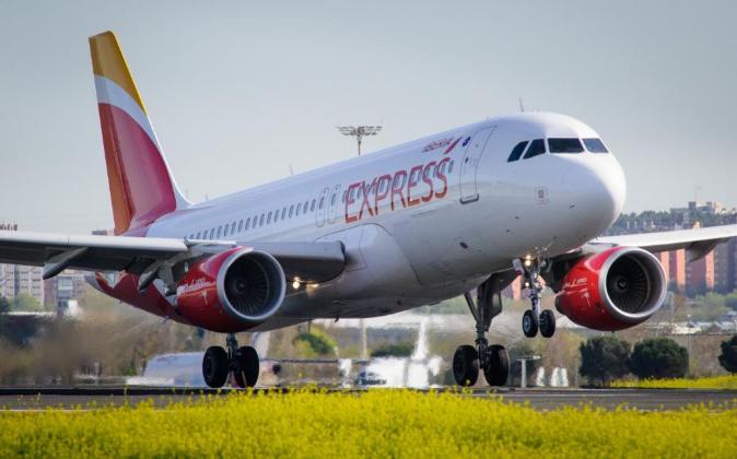 Avión de Iberia Express despegando en el aeropuerto Adolfo Suárez...