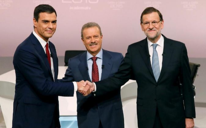 Mariano Rajoy  y Pedro Sánchez, se saludan antes del debate previo a...