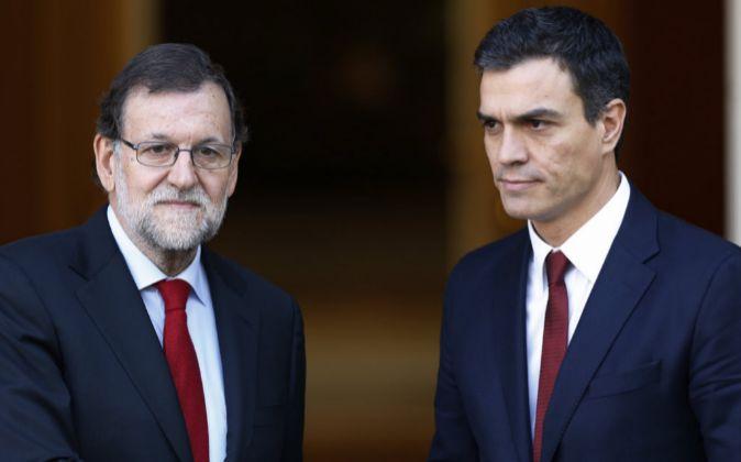 El presidente del Gobierno en funciones, Mariano Rajoy, y el líder...