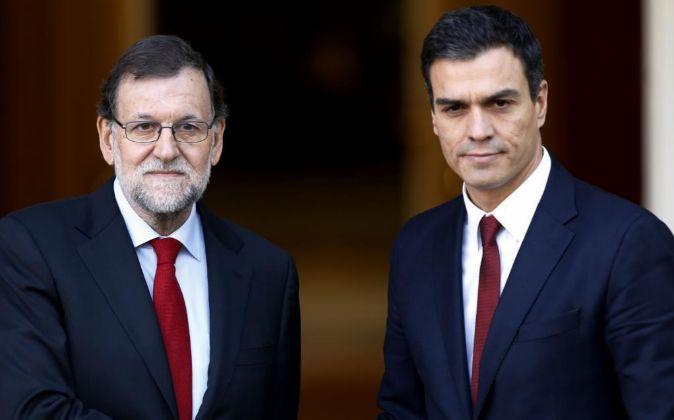El presidente del Gobierno, Mariano Rajoy, y el líder del PSOE, Pedro...