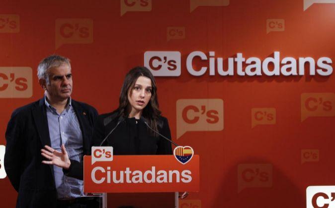 La líder de Ciudadanos en Cataluña, Inés Arrimadas, junto al...