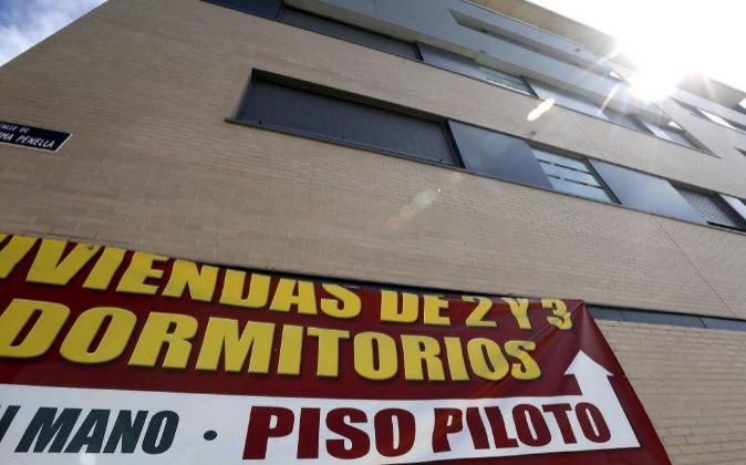Cartel de venta de viviendas hoy en un edificio de Valdebebas, Madrid.