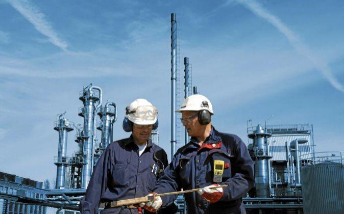 Ingenieros en una refinería.