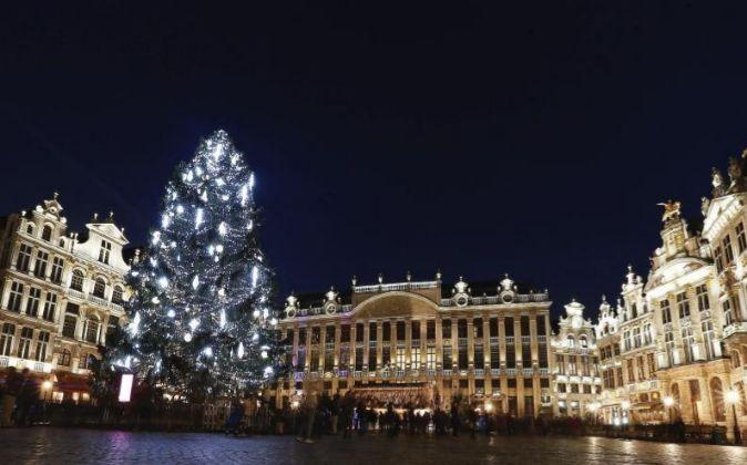 Vista del árbol de Navidad instalado en la Grand Place de Bruselas,...