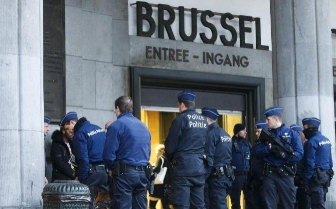 Efectivos de la policía belga detienen a varias personas en la...
