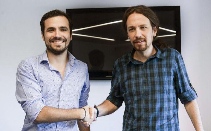 El secretario general de Podemos, Pablo Iglesias, y el líder IU,...