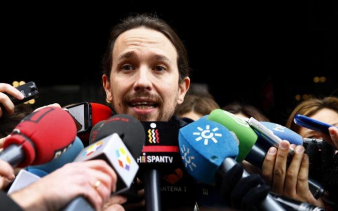 El líder de Podemos, Pablo Iglesias, atiende ayer a los medios de...