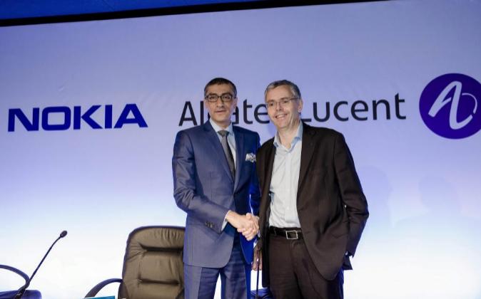 Michel Combes, director ejecutivo de Alcatel-Lucent SA, y Rajeev Suri,...