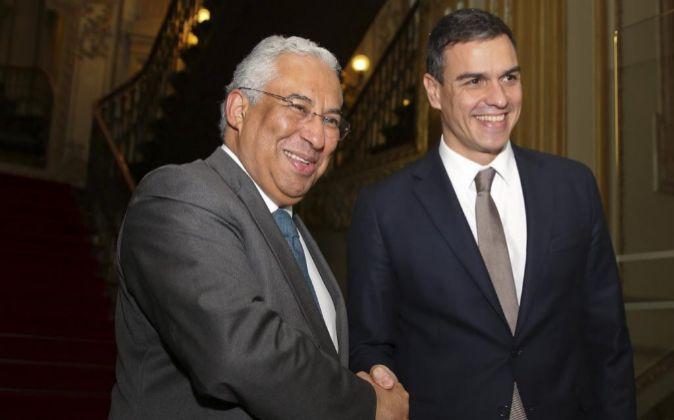 El secretario general del PSOE, Pedro Sánchez (d), saluda a su...