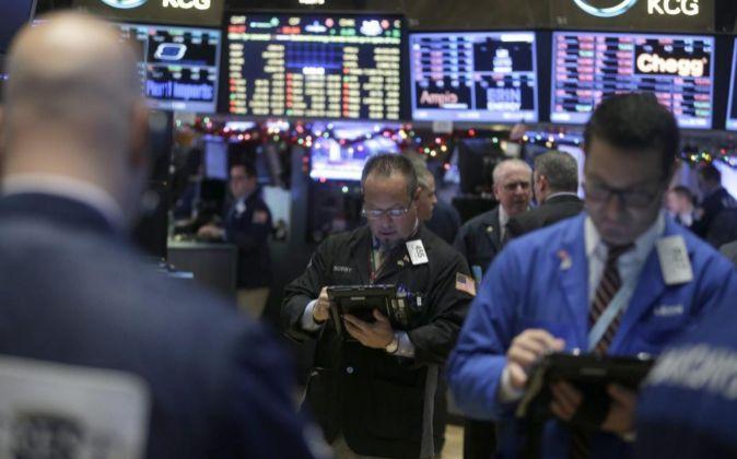 Corredores de bolsa trabajan en el parqué de Nueva York.